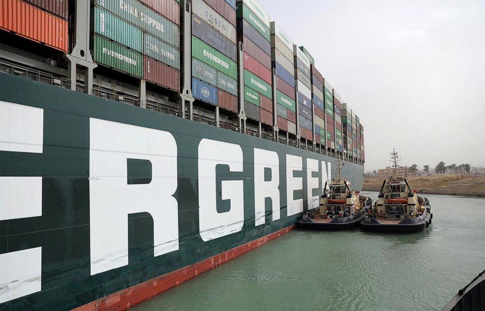 سفينة حاويات كبيرة تغلق قناة السويس المصرية و الاعلام الغربي يرصد الخسائر اليومية للتجارة العالمة